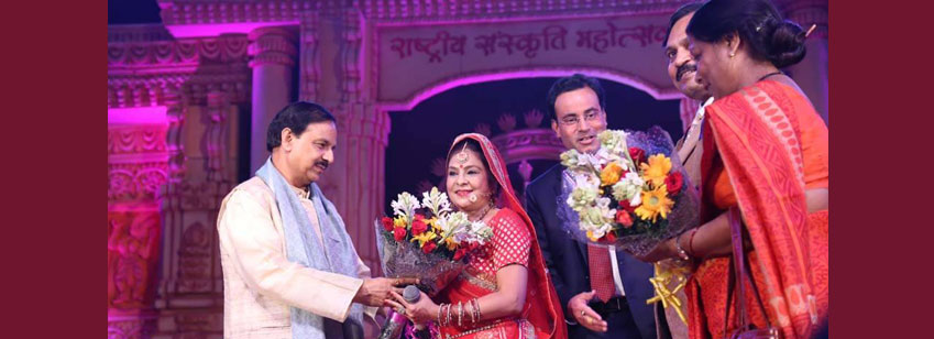HCM Dr Mahesh Sharma presenting a bouquet to Malini Awasthi for wonderful performance at Rashtriya Sanskriti Mahotsav